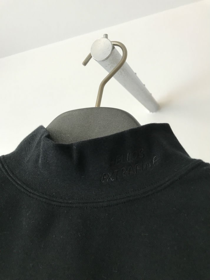 HELLOS EXTRAFINE<br />Logo mock neck L/S T shirt Black<img class='new_mark_img2' src='//img.shop-pro.jp/img/new/icons47.gif' style='border:none;display:inline;margin:0px;padding:0px;width:auto;' />
