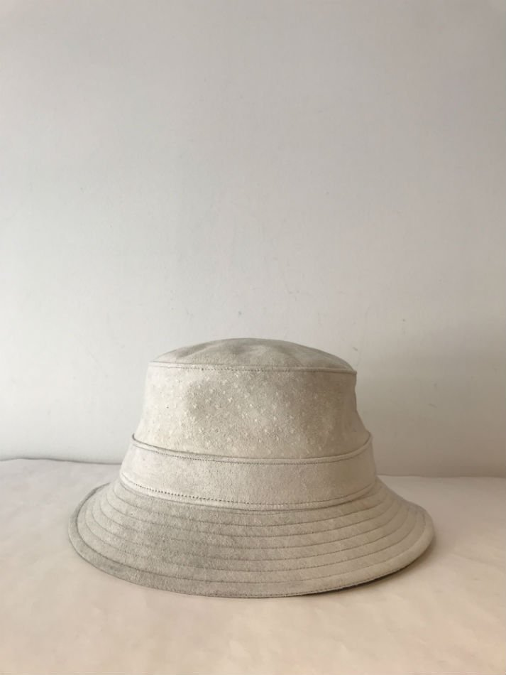 KAIKO<br />PIG SUEDE BUCKET HAT OFF WHITE <img class='new_mark_img2' src='//img.shop-pro.jp/img/new/icons47.gif' style='border:none;display:inline;margin:0px;padding:0px;width:auto;' />