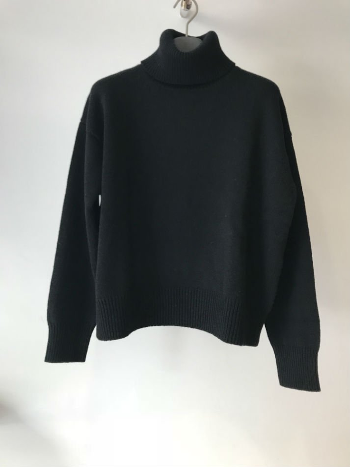 KAIKO<br />TURTLE NECK OBLONG SWEATER BLACK<img class='new_mark_img2' src='//img.shop-pro.jp/img/new/icons14.gif' style='border:none;display:inline;margin:0px;padding:0px;width:auto;' />