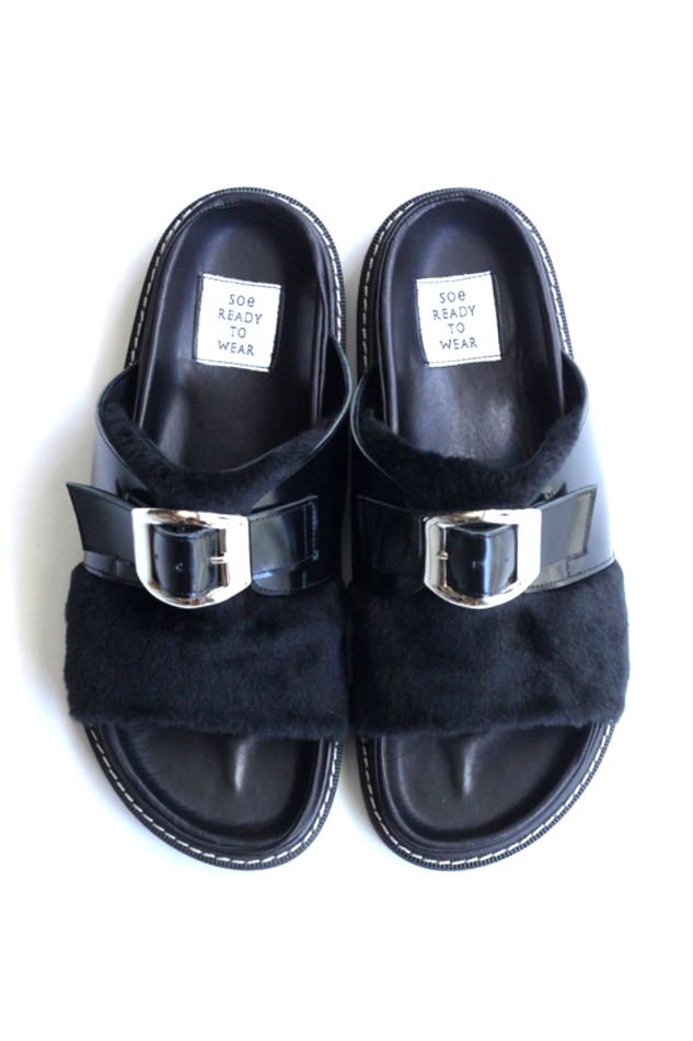soe<br />One Buckle Fur Sandal / BLACK<img class='new_mark_img2' src='https://img.shop-pro.jp/img/new/icons47.gif' style='border:none;display:inline;margin:0px;padding:0px;width:auto;' />