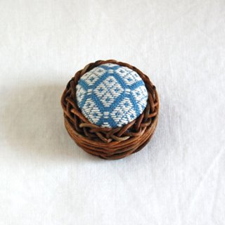 あけびかごのこぎん刺しピンクッション/青色