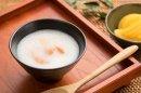 レトルト介護食:玄米粉フルーツかゆ(桃)200g(スマイルケア食「青」マーク 利用許諾商品(農林水産省)