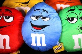 m&m's エムアンドエムズ ラウンドクッション ブルー  輸入雑貨/海外雑貨/直輸入/アメリカ雑貨/イギリス雑貨/おもちゃ/m&m's/エムアンドエムズ/えむあんどえむず/クッション/ぬいぐるみ/青