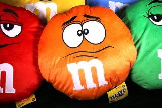 m&m's エムアンドエムズ ラウンドクッション オレンジ  輸入雑貨/海外雑貨/直輸入/アメリカ雑貨/イギリス雑貨/おもちゃ/m&m's/エムアンドエムズ/えむあんどえむず/クッション/ぬいぐるみ