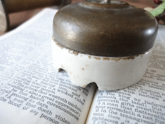 フランス 真鍮カバーと陶器のアンティークスイッチ