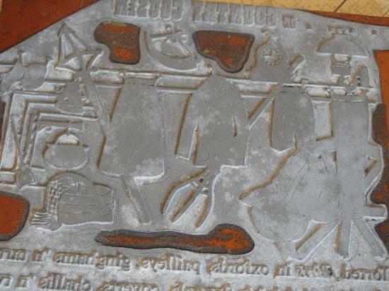 木と金属の大きなアンティーク印刷版