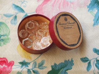 アンティーク薬の紙箱とガラスボタンのセット(3.えんじ色)