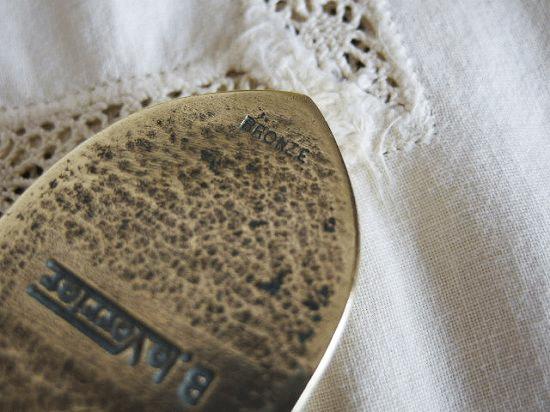 ユリの紋章のアンティーククリップ(ブロンズ製)
