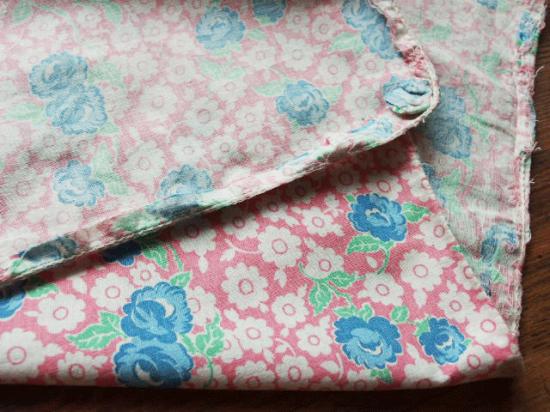 フィードサック ヴィンテージ布(ピンク地の青いバラ)