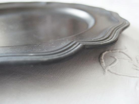 アンティーク 花リムのピューター皿