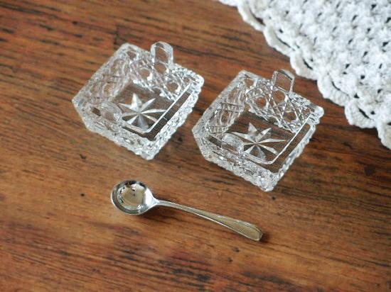 イギリス プレスガラスのソルト&ペッパー入れ(スプーン付き)
