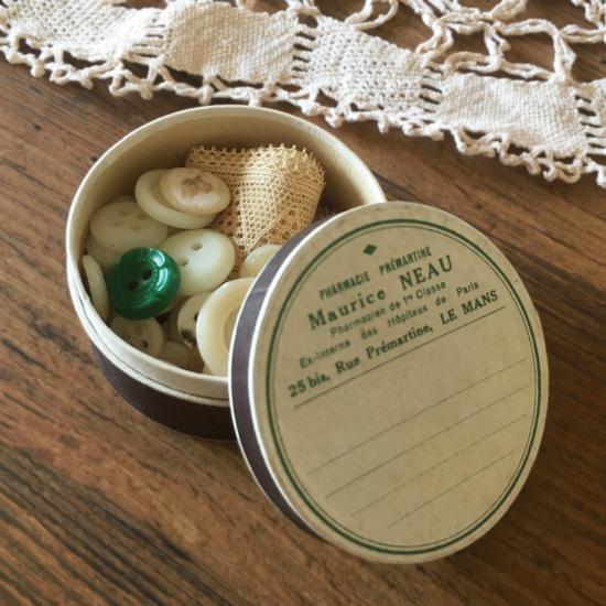 アンティーク 茶色の薬の紙箱に入ったレースとボタンのセット