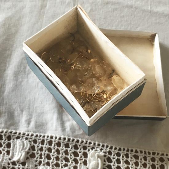 アンティーク 薬の紙箱とシャンデリアパーツのセット