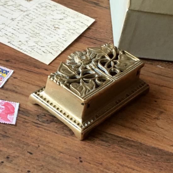 アンティーク 真鍮製切手ケース ひまわりモチーフ
