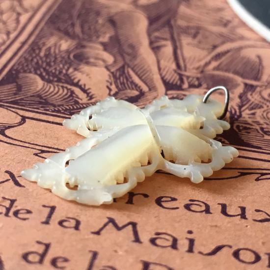 フランスアンティーク マザーオブパールのペンダントトップ 透かし細工のクロス