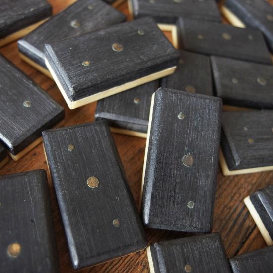 イギリスアンティーク 木箱に入ったドミノ牌のフルセット(ボーンとエボニー製)