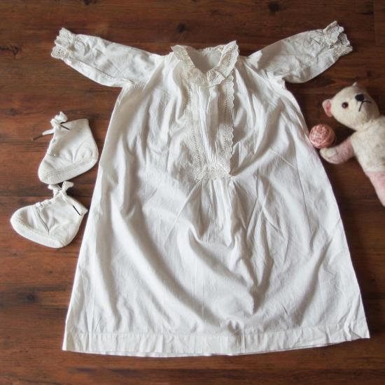 フランスアンティーク コットン製ベビー用ナイトドレスとシューズのセット