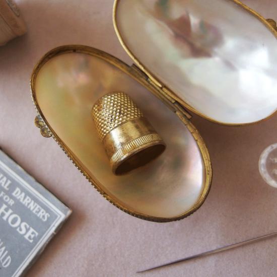 ヴィクトリアン マザーオブパールのケースとシンブル(指貫)のセット
