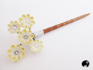 パステルイエローの5輪のお花の木の一本かんざし<br>6,264円(税込)