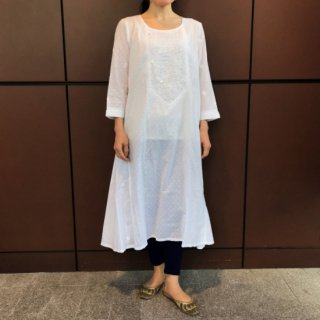 <img class='new_mark_img1' src='https://img.shop-pro.jp/img/new/icons12.gif' style='border:none;display:inline;margin:0px;padding:0px;width:auto;' />fabindia (ファブインディア)チカン刺繍ロングワンピース