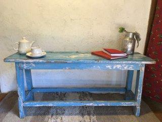 インドの古い空色のベンチ
