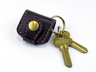 ウォレットキーホルダー ブラック(縫い糸レッド)真鍮金具