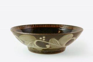 [当山友紀のやちむん(沖縄)]<br>外側の模様が美しい黒い7寸鉢(鳥羽ばたく)