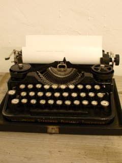 アメリカUNDERWOOD社タイプライター(3-bank portable typewriter)<img class='new_mark_img2' src='https://img.shop-pro.jp/img/new/icons38.gif' style='border:none;display:inline;margin:0px;padding:0px;width:auto;' />