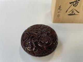 朱溜塗  香合(唐草)