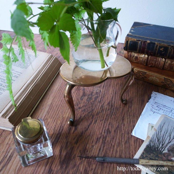 デスクに息づく19世紀のシャムロック/Antique Miniature Shamrock Table