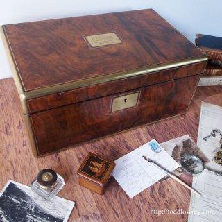 妙なる杢目と120年の古艶に包まれた秘密の小部屋/ Antique Victorian Walnut Writing Slope with Secret Drawers