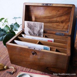 勝利と平和を閉じ込める艶やかな小箱/ Antique Olive Wood Monogram Letter Box