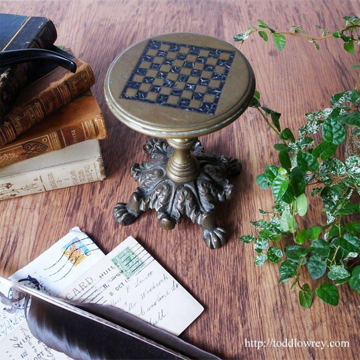 ライオンの脚をもつステージで極小のマインドスポーツを夢想する / Antique Early Victorian Miniature Tilt Top Game Tab…