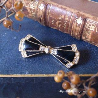 締めるのではなく結ぶ気持ちを表して / Vintage Enamel Bow Tie Brooch