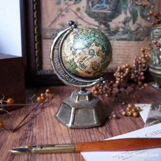 ファンタジーそのものの球体を眺めてみる / Vintage Small Globe