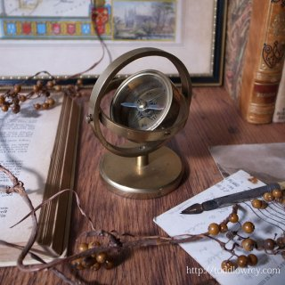重なる円弧に護られた方位磁石 / Vintage Brass Gimbal Compass on Stand
