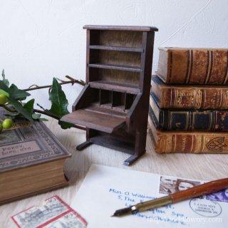 小さなデスクのリアルで素朴な手触り / Vintage Miniature Student Bureau Doll House Scale