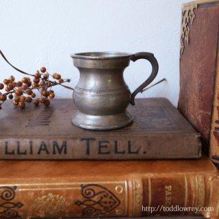 素朴な可愛らしさをもつ小さなカップ / Antique Pewter Measuring Cup