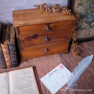 しっとりと馴染む飴色の小抽斗 / Antique Pine Small Chest of Drawers