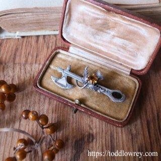 スコットランド国花を絡ませた銀の斧 / Antique Sterling Silver Celtic Brooch