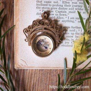 小さく優美な道しるべ / Antique Edwardian Brass Swirled Compass Pendant