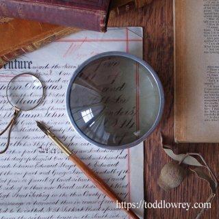 透明な揺らめきを湛える幻灯機のレンズ / Antique Magic Lantern Metal Mounted Objective Lens