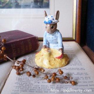 ポルカドットを着た海辺の少女ウサギ / Vintage Royal Doulton