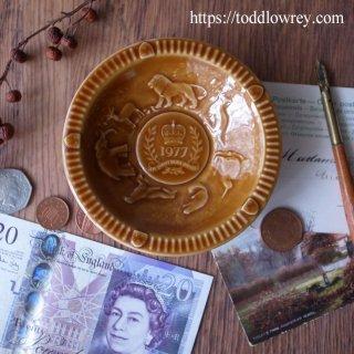25年前の熱狂をふたたび / Vintage Queen Elizabeth II Silver Jubilee Embossed Dish by WADE -1977 Brown