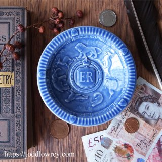 女王のもとに集う動物達 / Vintage Queen Elizabeth II Coronation Embossed Dish by WADE -1953 Blue