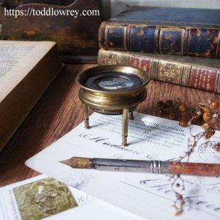 ヴィクトリアンの丸いレンズから見えるもの / Antique Victorian Brass Desktop Tripod Magnifying Glass