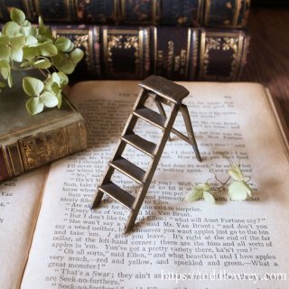 最下段から始めよう / Vintage Miniature Stepladder