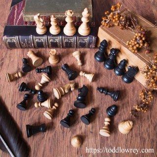 後ろから2番目にミスをしたものが勝者 /Vintage Stanton Style Chessmen with Box