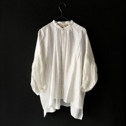 <img class='new_mark_img1' src='//img.shop-pro.jp/img/new/icons5.gif' style='border:none;display:inline;margin:0px;padding:0px;width:auto;' />suzuki takayuki puff-sleeve blouse nude (19aw )