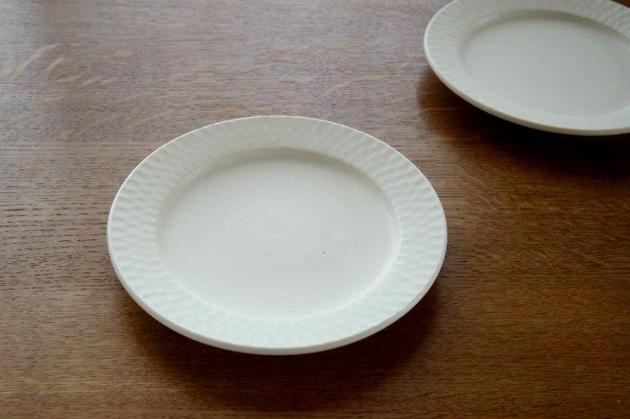 リム中皿(6寸)/しのぎクリームホワイト ヤマシタマユ美